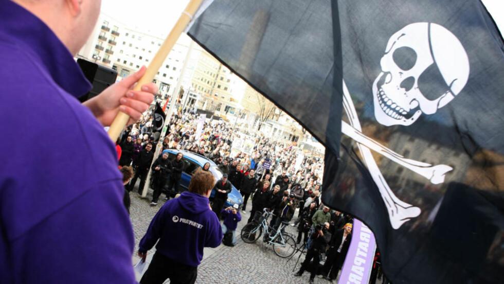 IKKE KAPTEIN SABELTANN:  Piratpartiet i spissen for en demonstrasjon til støtte for Pirate Bay i Stockholm 18. april i år under det svenske rettsoppgjøret om fildeling. Foto: FRANK PERSSON, AFP/SCANPIX.