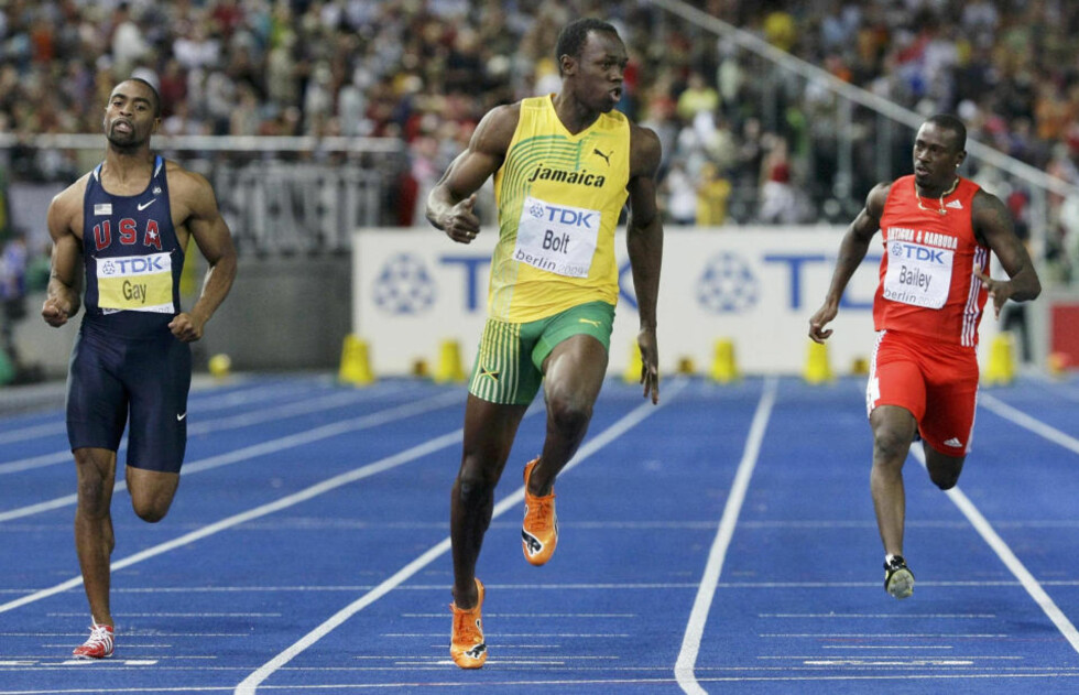 SVERTES AV DOPINGSKANDALE?: Skulle det vise seg at Daniel Bailey (t.h.) virkelig har avgitt positiv dopingprøve etter 100 meter-finalen i Berlin på søndag, vil det kaste mørke skygger over Usain Bolts (i midten) utrolige rekordprestasjon 9,58. Til venstre sølvmedaljist Tyson Gay, som har trukket seg fra 200-meteren på grunn av skade. Foto: MICHAEL DALDER/REUTERS/SCANPIX