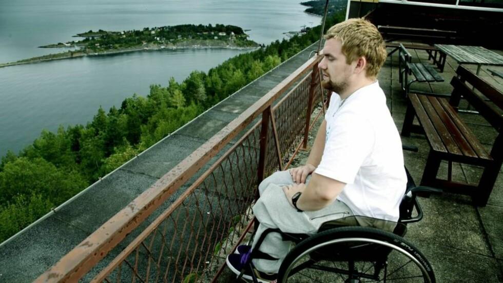 BLE LAM: Thomas Jacobsen (21) sitter på terrasen på Sunnaas sykehus. Han kan ikke lenger gå etter at han ble brutalt overfalt av en motspiller under en innebandykamp. Foto: Jacques Hvistendahl.
