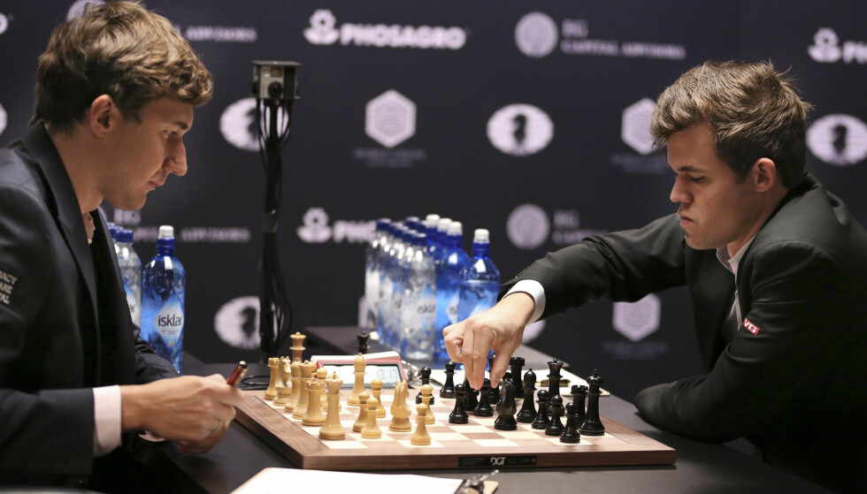 MARATON: Sergej Karjakin og Magnus Carlsen var utmattede etter to dager med sjakkspill i om lag 6,5 timer. Foto: AP Photo/Seth Wenig