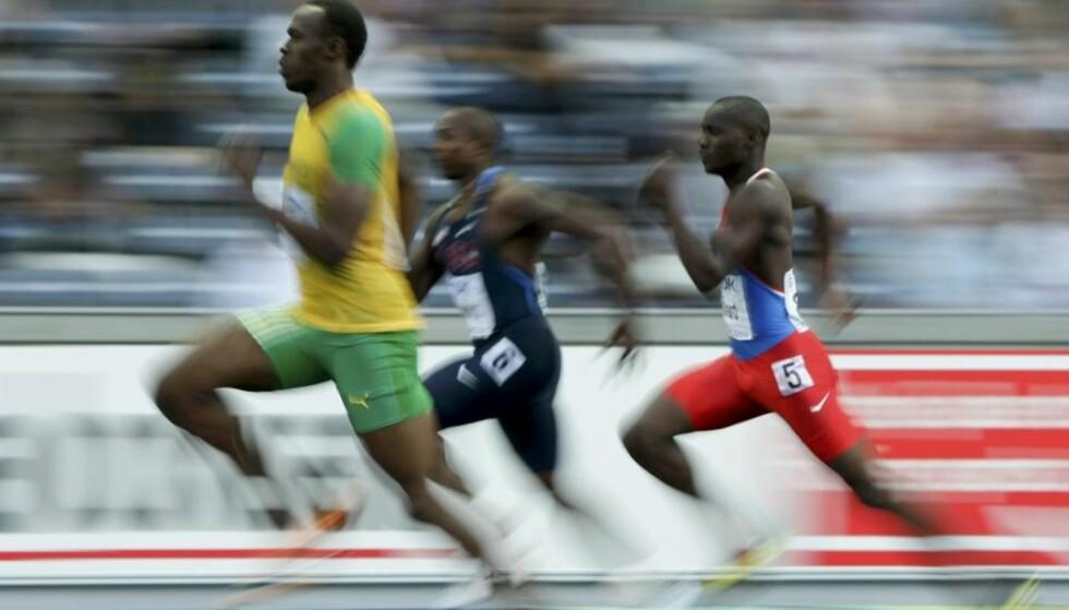 LETT MATCH: Usain Bolt (t.v.) kontrollerte inn til en enkel seier i semifinalen på 200 meter i kveld. Her foran amerikanske Shawn Crawford og Alonso Edward fra Panama.Foto: Kai Pfaffenbach, Reuters/Scanpix
