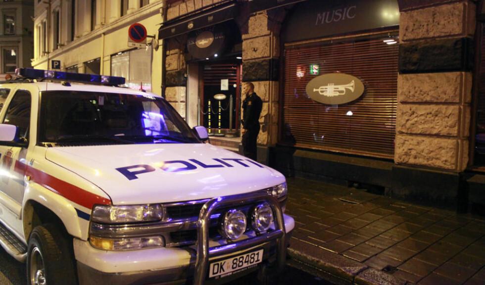 ETTERFORSKER: Politiet prioriterer saken og drev i natt teknisk og taktisk etterforskning på Trompet Musikkbar i Oslo sentrum. Foto: ESPEN HOVDE