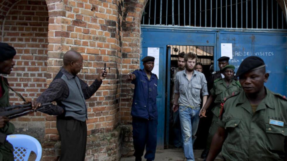VED FENGSELET:  Her er Joshua French og Tjostolv Moland på vei ut fra fengselet på tirsdag. I dag ble de to fraktet til fengselet  i hemmelighet. Foto: Espen røst