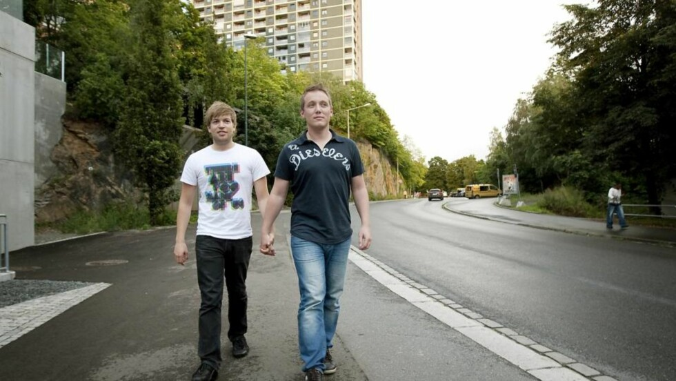 "SKAPTE FURORE: Samboerparet Anders Rasmushaugen (24) og Michael Eimstad (33) gikk hånd i hånd på Grønland i Oslo, da en utenlandsk mann fortalte dem at de var i en ""muslimsk bydel"" og ""det der liker jeg ikke"". Deretter ble Anders sparket i låret. Foto: Henning Lillegård"