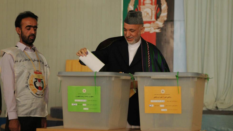 VALGDAGEN: President Karzai erklærte seg meget fornøyd med dagens valg i Afghanistan. Han kunne fortelle om 73 angrep i totalt 15 provinser i løpet av valgdagen.   AFP PHOTO/SHAH Marai