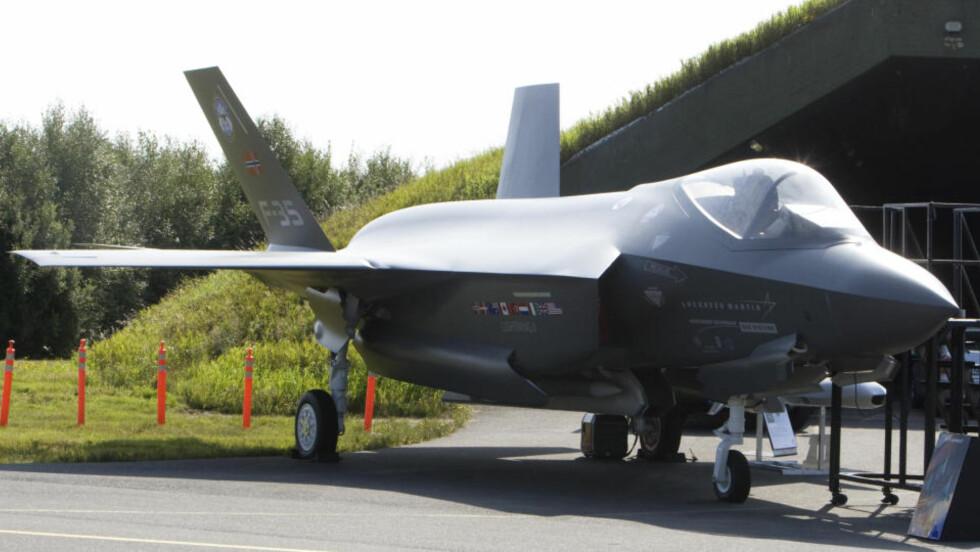 F-35 PÅ RYGGE: Lockheed Martin presenterte torsdag en modell i full størrelse av F-35 Lightning-II, som regjeringen vil kjøpe som erstatter for dagens flåte av F-16. Foto: Morten Holm / SCANPIX
