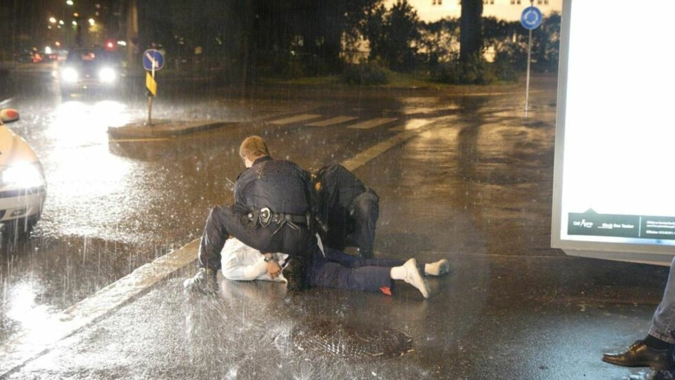 PÅGREPET: Her blir den antatte gjerningsmannen pågrepet av politiet. Mannen skal ha ranet to kvinner og truet dem med et elektrosjokkvåpen. Foto: TRULS GRANDE/FIRSTFOTO