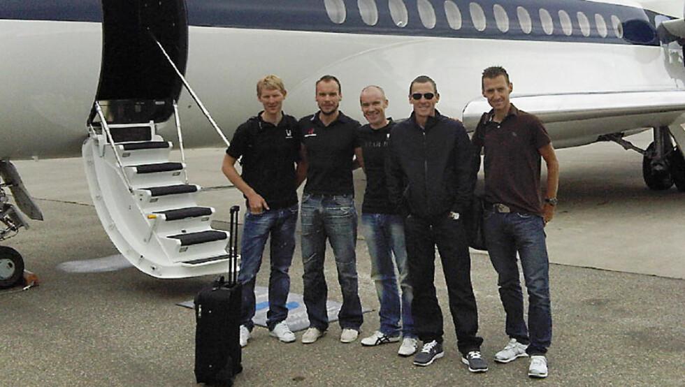 PÅ TUR MED LANCE: Kurt Asle Arvesen (til høyre) ved siden av Lance Armstrong før de gikk inn i privatflyet som tok dem til Irland i går. De tre andre på bildet er (videre mot venstre) Stuart O?Grady, Jeremy Hunt og Gabriel Rasch. Foto: PRIVAT