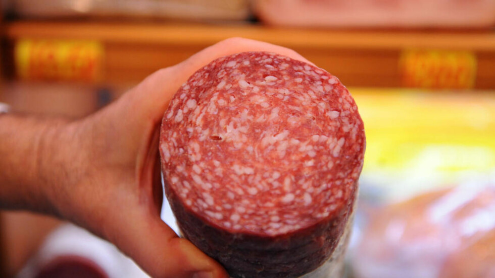 SJEKK HOLDBARHETSDATOEN: Tulip Norge tilbakekaller et parti dansk salami etter at det ble oppdaget salmonellabakterier. Foto: AFP PHOTO/SCANPIX