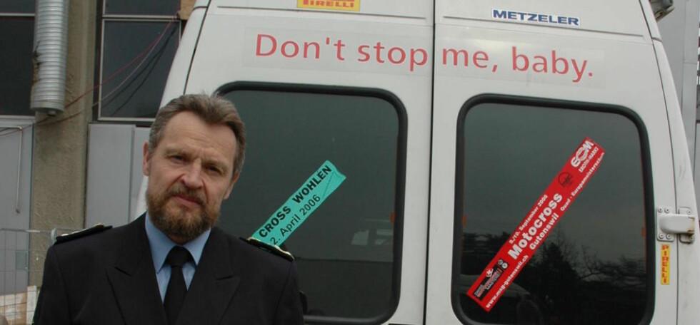GATEVERDI PÅ 50 MILLIONER KRONER: Toll- og avgiftsdirektør Bjørn Røse poserer foran varebilen som ble brukt til å frakte 112 kilo amfetamin inn i landet. Foto: TOLLVESENET