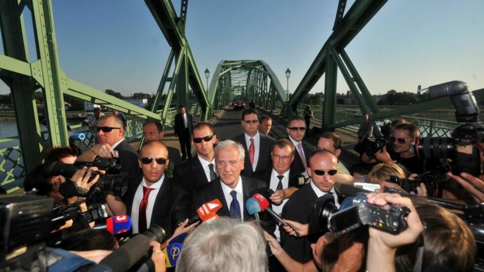 PÅ GRENSA: Her står Ungarns president Laszlo Solyom på grensebroa mellom Ungarn og Slovakia og annonserer at han kansellerer sin tur til den slovakiske byen Komarno. (AP Photo/MTI, Szilard Koszticsak)