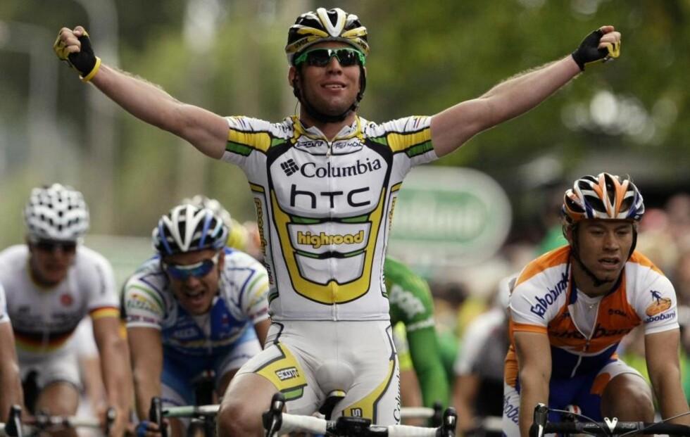 ETAPPEVINNER: Mark Cavendish vant lørdagens etappe i Tour of Ireland. Alexander Kristoff følger rett bak til venstre for briten. Nordmannen holder imidlertid Manxekspressen bak seg i kampen om poengtrøya.Foto: SCANPIX/REUTERS/Stefan Wermuth