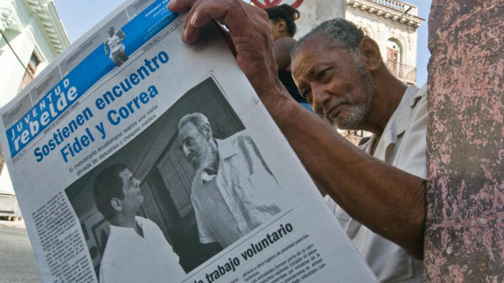 SUNNERE: Den cubanske avisen Juventud Rebelde trykket i går et bilde av Fidel Castro på forsiden. På bildet ser Castro sunnere ut enn han har gjort på lenge. Foto: AFP Photo/Scanpix