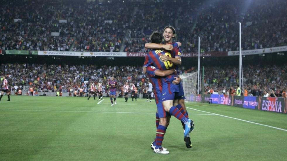 SUPERDUO: Zlatan Ibrahimovic og Leo Messi løftes av en skjult lagkamerat. De to viste seg fra sin beste side da Barcelona tok supercupseieren i Spania i går kveld. Foto: SCANPIX/AP/David Ramos