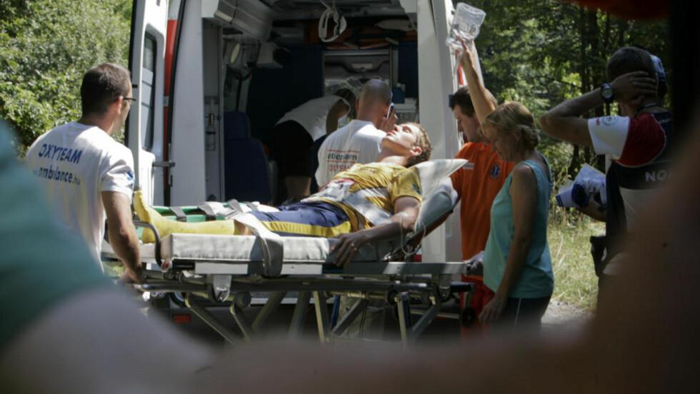 FRA VM-ETAPPE TIL SYKEHUSET: Sveriges Martin Johansson ble hentet av ambulanse etter at han fikk seg en stygg skade i VM. Foto: Sören Andersson / SCANPIX
