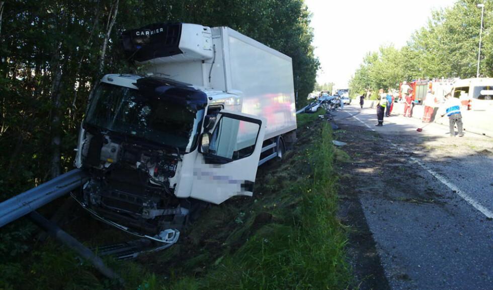 I GRØFTA: Lastebilen endte i grøfta, angivelig etter å ha kjørt inn i personbilen (bak). Foto: LASSE LJUNG