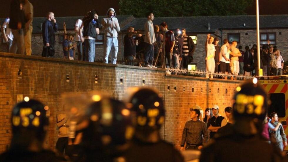 - KRIGSSONE: Øyenvitner beskriver området rundt Upton Park i går kveld som en krigssone. Foto: AP