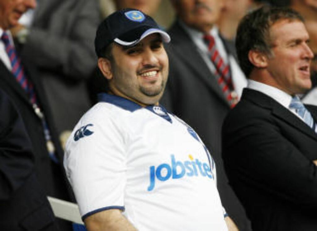 NY EIER: Portsmouth-eier Sulamain Al Fahim er ikke som alle andre klubbeiere. Dressen henger hjemme og han ikledde seg i stedet drakt og Portsmouth-caps. Foto: AFP