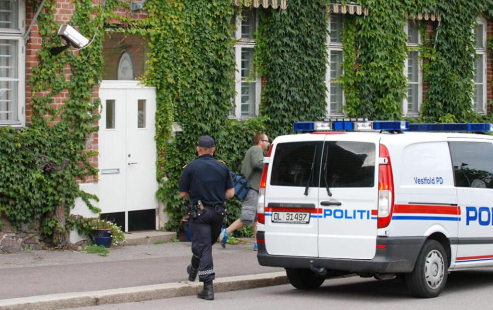 POLITIJAKT: Politiet kom raskt til fengselet, som ligger i Horten sentrum. Nå saumfarer de samferdselen fra Vestfoldsbyen, inkludert Bastøyferja, tog og busser. Foto: LASSE LJUNG
