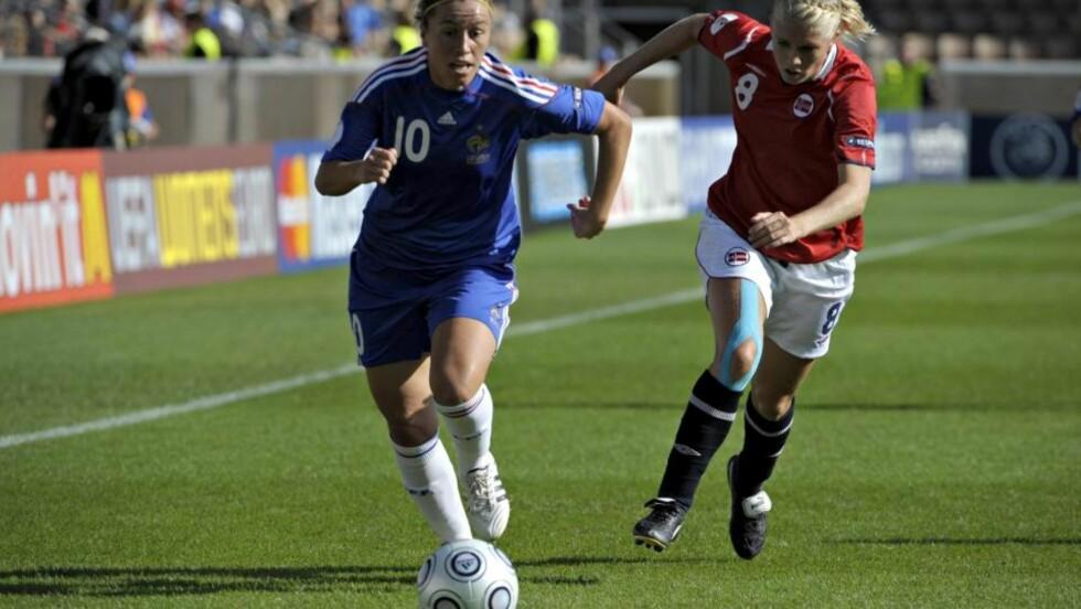 VIDERE: Solveig Gulbrandsen (t.h.) og Norge er klare for kvartfinalen i EM i Finland etter uavgjort mot Camille Abily og Frankrike. Foto: Markku Ojala, EPA/Scanpix