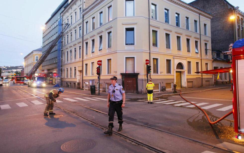 STORUTRYKNING: Åtte brannbiler og flere politipatruljer ble utkalt til bygningen i Oslo sentrum. Foto: BJØRN LANGSEM/DAGBLADET
