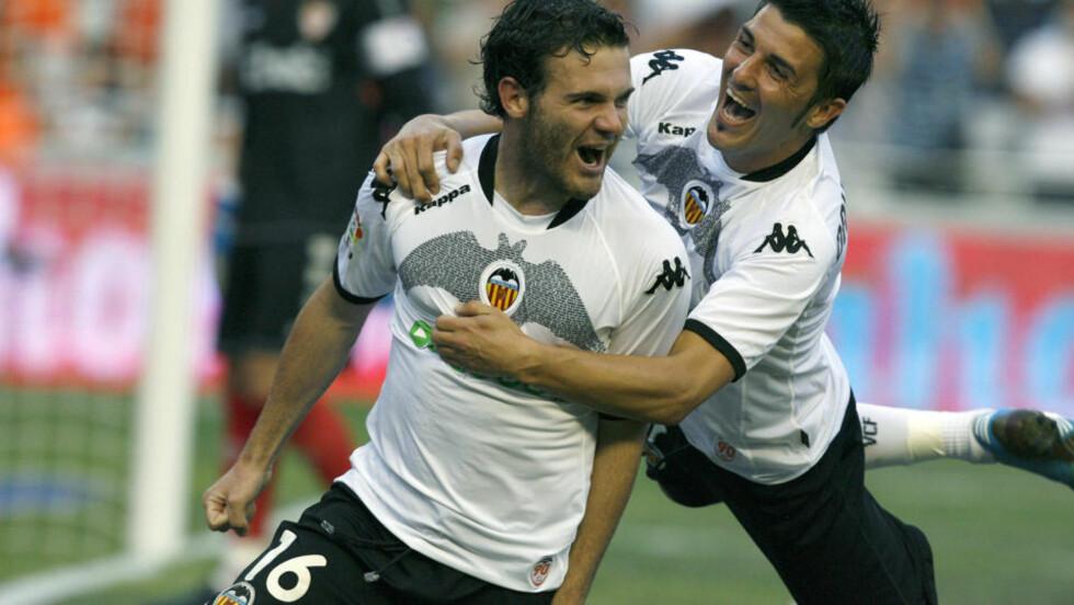 HENG MED! Valencias Juan Mata (t.v.) feirer med David Villa hengene som en kappe på ryggen etter 1-0-scoringen mot Sevilla. Foto: Jose Jordan, AFP/Scanpix