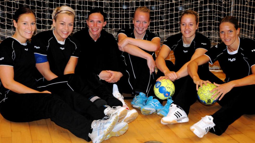 SERIESTART: Danske Midtjylland har seks norske jenter på laget denne sesongen. Fra venstre: Alette Stang, Isabel Blanco, Katja Nyberg, Ingrid Ødegård, Tonje Nøstvold og Gro Hammerseng.  Foto: Trine Andersen /SCANPIX