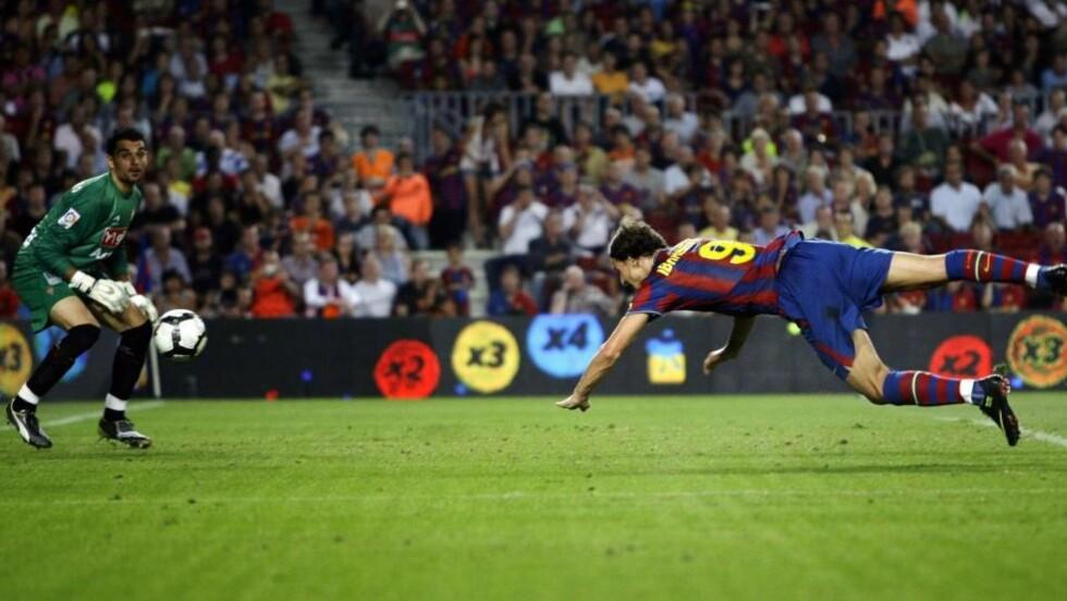 DRØMMESTART: Zlatan Ibrahimovic kastet seg fram og stupte inn 3-0 åtte minutter før slutt i kampen mot Gijon på Camp Nou. Foto: SCANPIX/REUTERS/Gustau Nacarino