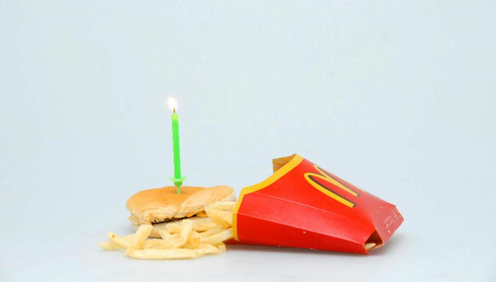 HAPPY MEAL: Slik ser en cheeseburger og en porsjon pommes frites fra McDonalds ut etter ett år i romtemperatur. Ikke så ulikt i utseende det du ville fått dersom du bestilte det samme i dag. Og uten spor av mugg eller forråtning.