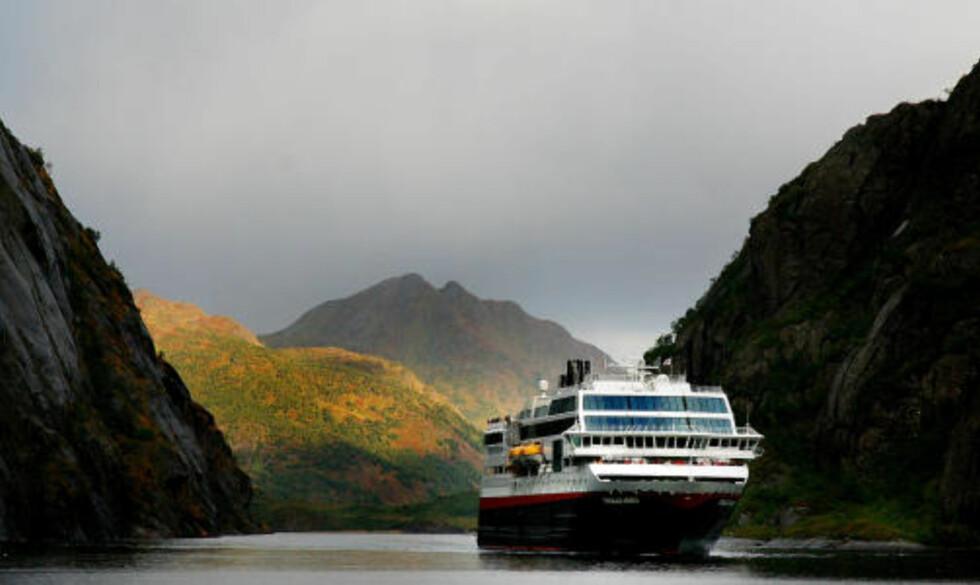 VAKKERT:  MS Trollfjord seiler inn i Trollfjorden og snur i den trange fjorden.