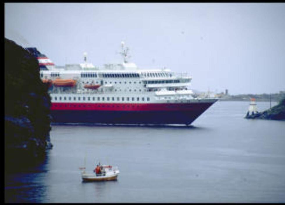 NORDLYS:   Hurtigruta MS Nordlys  på veg gjennom Stokksundet. Foto: Johan Brun
