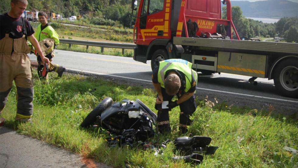 TOTALVRAK: En MC-fører ble alvorlig skadd i kollisjon mot bil utenfor Drammen. Foto: SONDRE A. GURIBY