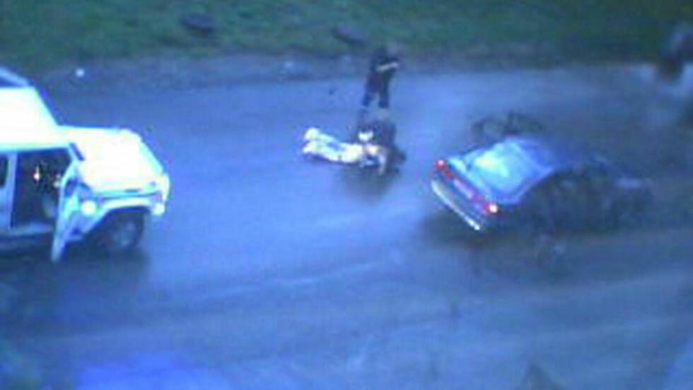 KOMMANDERT I BAKKEN: Tungt bevæpna politi gikk til aksjon mot bilen. En ambulanse hadde tidligere i kveld observert at en av personene om bord viftet med en pistol. Den vise seg å ikke være ekte. Foto: Øystein Halseth Lund