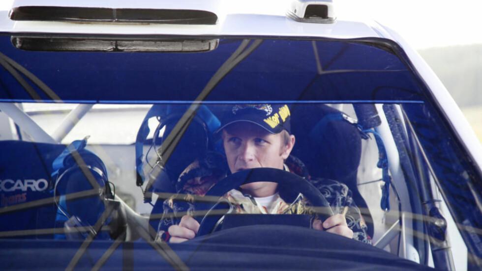 TRENGER ENDA EN NATT: Petter Solberg skulle bestemt seg for ny bil i går, utsatte det til i dag, og har nå fått siste frist i morgen. Her fra testen av Ford Focus i går. Det står mellom den eller Citroën C4.Foto: Per-Espen Løkenhagen, Scanpix
