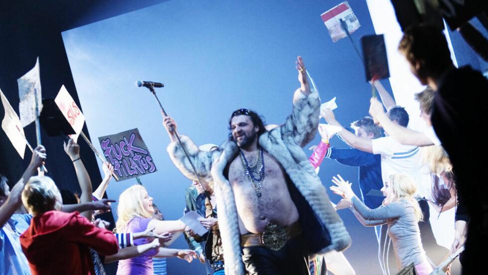 SUPERSTJERNE-JESUS: Hans-Erik Dyvik Husby teaterdebuterer som Jesus - folkeforfører, demagog og superstjerne. Foto: DET NORSKE TEATRET