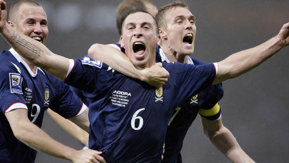 HADDE KNIVEN PÅ STRUPEN: Scott Brown scoret førstemålet til Skottland, og nå har skottene andreplassskjebnen i egne hender. Foto: AFP