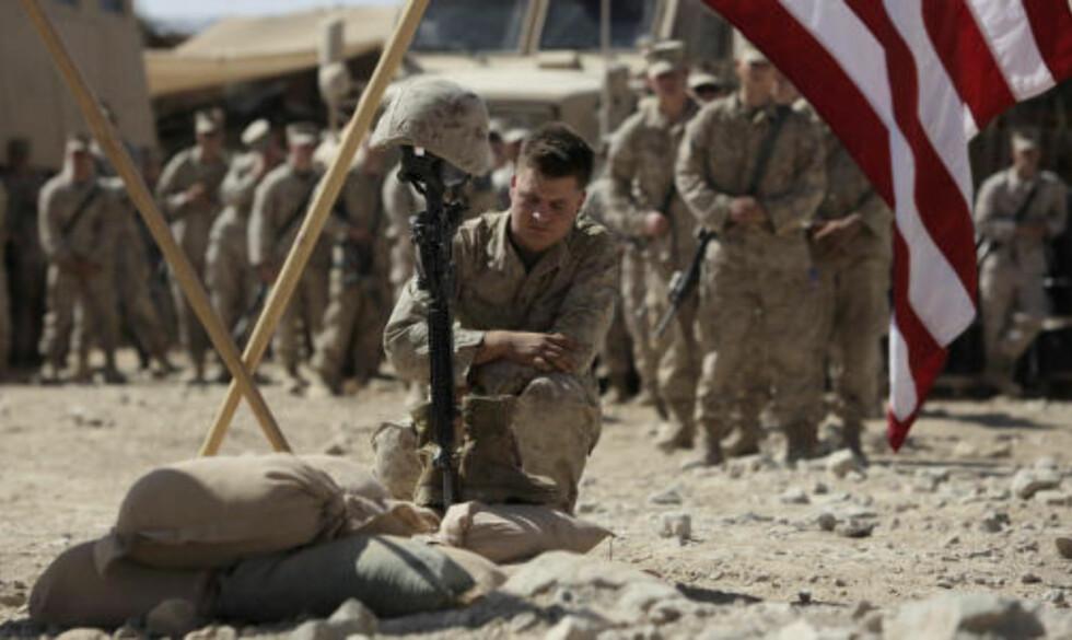 DYSTERT RITUALE: Bernards medsoldater viste ham den sist ære på basen etter den brutale døden. Foto: JULIE JACOBSEN / AP / SCANPIX