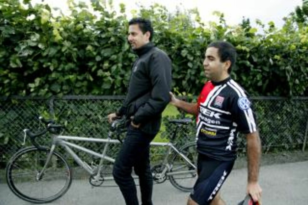 FÅR RÅD: Abid Raja får gode råd fra Venstrevelger Tahir Hussain, som selv fullførte distansen Trondheim-Oslo på 22 timer og 25 minutter. Foto. Jacques Hvistendahl