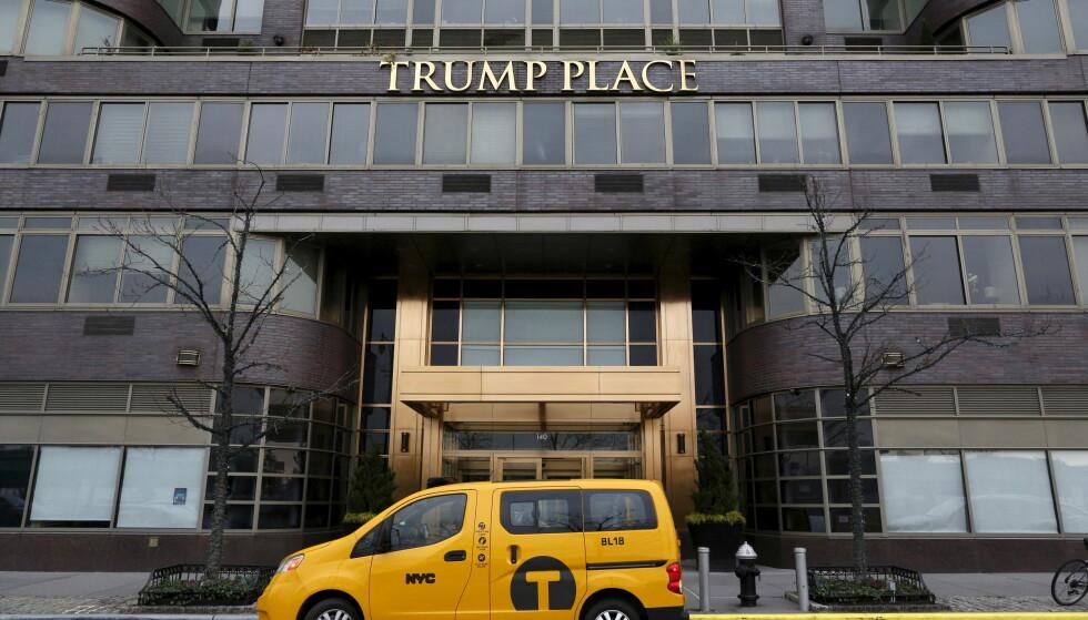FJERNES: Reaksjonene mot Donald Trump tar ulike former. I New York skal skilt med Trumps navn fjernes fra tre ulike bygg. Foto: Brendan McDermid/Reuters/NTB Scanpix