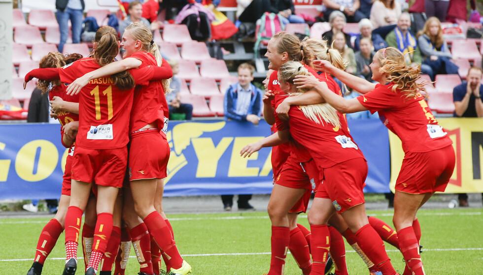 KAN CORNER BLI MÅL? Begravelsesbyrået Jølstad håper nok det. De sponser Røas dødballer i cupfinalen mot LSK Kvinner lørdag. Foto: Terje Pedersen / NTB Scanpix
