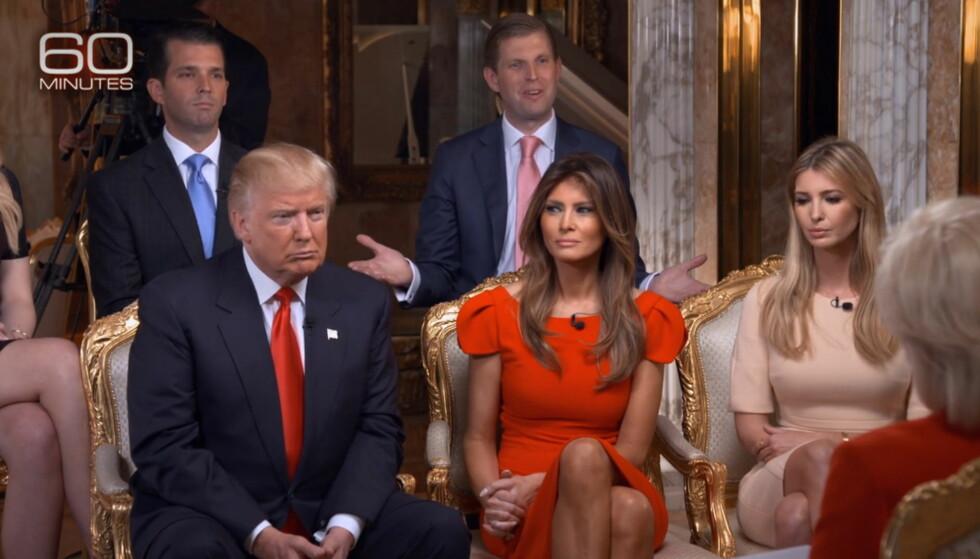 FAMILIEN TRUMP: Tidligere denne uka ble «60 Minutes»-episoden som fokuserte på Trump-familien vist i USA. Ivanka Trump (t.h) får nå kritikk for å ha promotert et armbånd hun selv har designet i episoden, og beskyldes for rolleblanding. F.v: Donald Jr, Eric Trump, Donald Trump, Melania Trump og Ivanka Trump. Foto: NTB scanpix