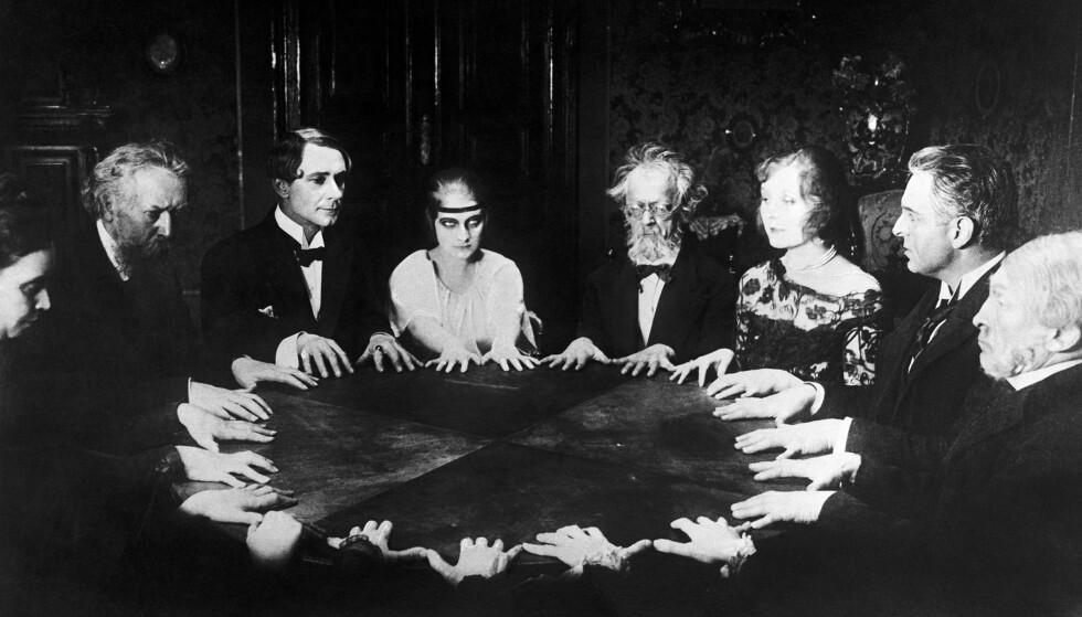 DET RUNDE BORD: Troen på at de døde kunne snakke med oss var sterk på begynnelsen av 1900-tallet. Foto: Bettmann/Fra filmen Dr. Mabuse, der Spieler