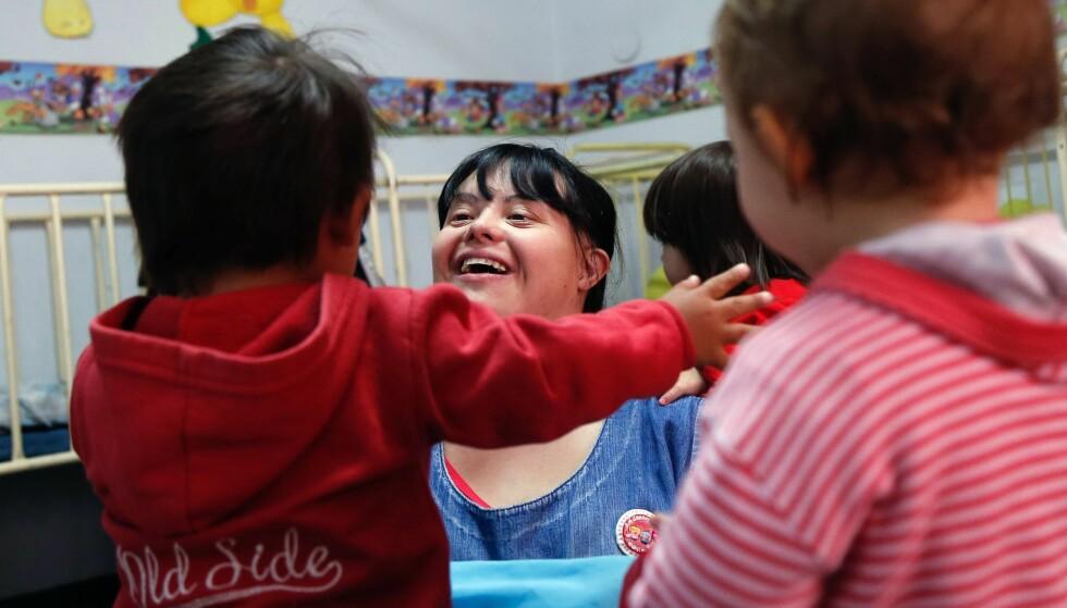 STORTRIVES: Noelia Garella (31) er født med Downs syndrom. Hun skal være den første personen med lidelsen som har fått jobb som barnehagelærer i Argentina. Foto: AFP PHOTO / DIEGO LIMA / NTB Scanpix