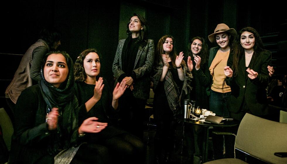 SØSTERSKAP: De er ganske så uenige om veldig mye, men brenner alle for en mer rettferdig verden. Denne uka debatterte meningssterke kvinner med muslimsk bakgrunn ære og sosial kontroll på Riksscenen i Oslo, i regi av sister-hood, grunnlagt av Deeyah Khan (midten). Her er hun sammen med Mahira Karim (t.v), Linn Nikkerud, Deeyah Khan, Nancy Herz, Sofia Nesrine Srour, Nassima Dzair og Florence Aryanic. Alle foto: Christian Roth Christensen / Dagbladet