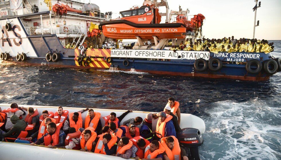 """BERGET: Flyktninger i denne gummibåten utenfor kysten av Libya ble berget av dette Malta-registrerte Røde Kors-skipet tidligere i november. Torsdag plukket bergingsbåten """"Bourbon Argos"""" opp 27 mennesker fra en en overfylt båt som dro ut fra Libya. 102 mennesker omkom. FOTO: ANDREAS SOLARO, AFP/NTB Scanpix."""