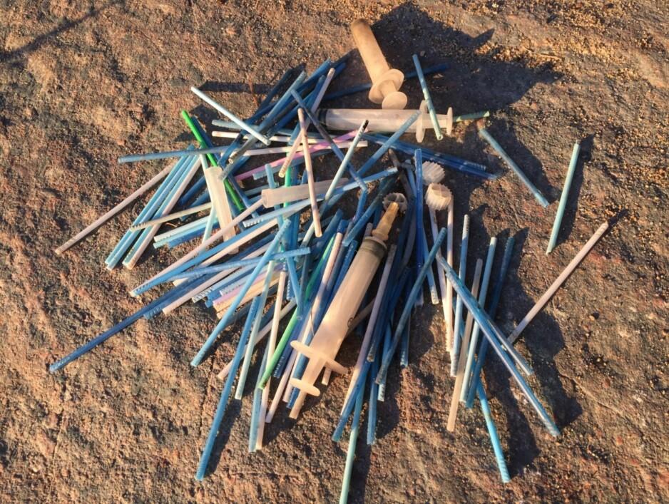 DOSØPPEL: Dette er ting som er funnet i avløpsvannet etter dobesøk. Mange bruker toalettet som avfallsbøtte, og de fleste er nok ikke klar over konsekvensene. Foto: Lise Keilty Gulbransen