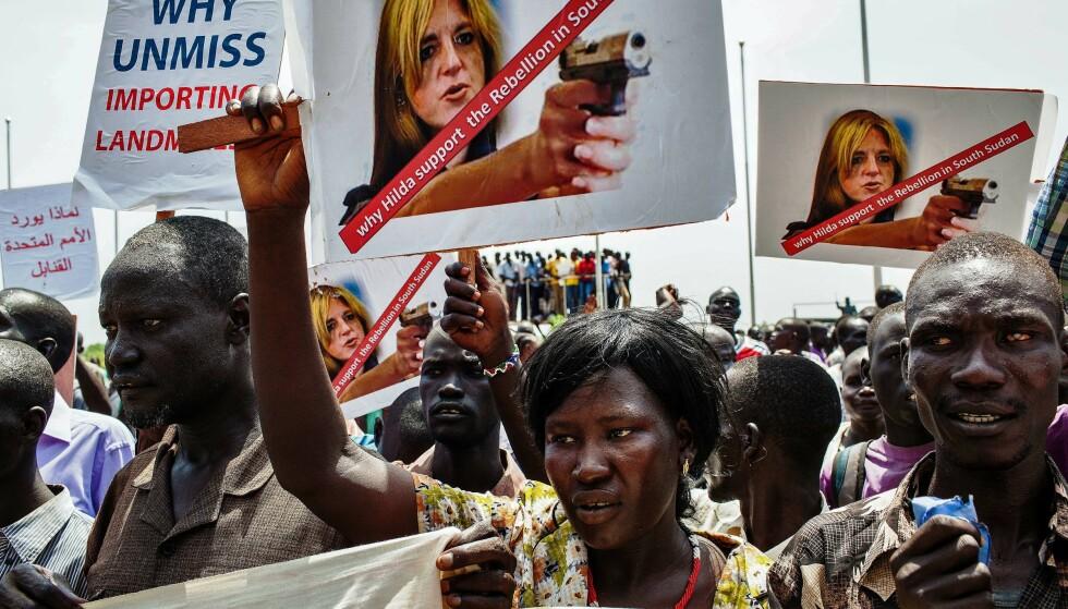 UPOPULÆR: Demonstrasjoner i gatene i Sudan i 2014, mot FN og deres spesialutsending Hilde Frafjord Johnson. Anmelderen etterlyser mer om dette dramaet i hennes nye bok.  Foto: NTB SCANPIX