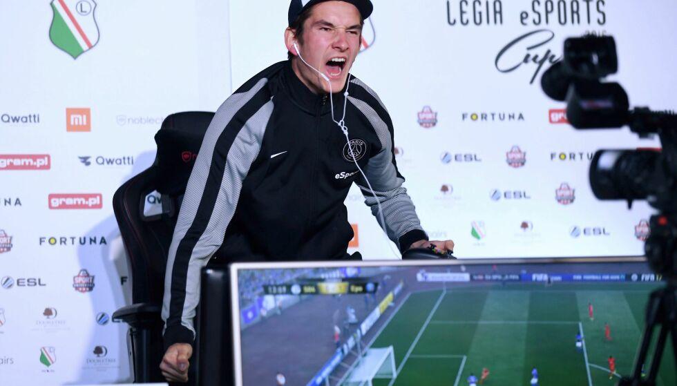 LEVER AV FIFA: August Rosenmeier fra Danmark representerer klubben Paris Saint-Germain eSport og lever av å spille Playstation. Foto: EPA/BARTLOMIEJ ZBOROWSKI