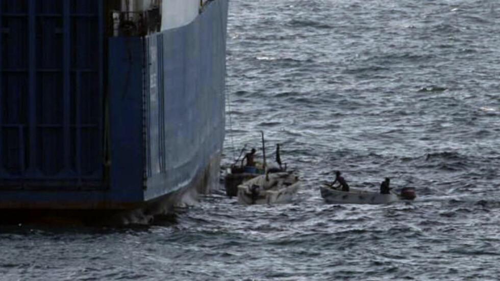 EN VANLIG DAG PÅ JOBBEN: Pirater i ferd med å ta seg om bord på skipet «Faina» i september i år. Så langt i år har piratene tjent 831 millioner kroner, ifølge FN. Foto: AP/US NAVY/SCANPIX