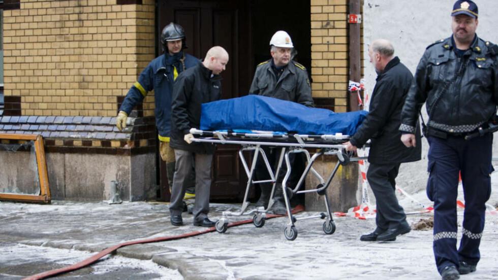 BÅRET UT: Omkomne blir båret ut  etter brannen i en bygård i Urtegata i Oslo natt til lørdag. Seks mennesker er bekreftet omkommet, og identifisering av dem er nå første prioritet i saken, sier politiet på en pressekonferanse. Foto: Cornelius Poppe /SCANPIX